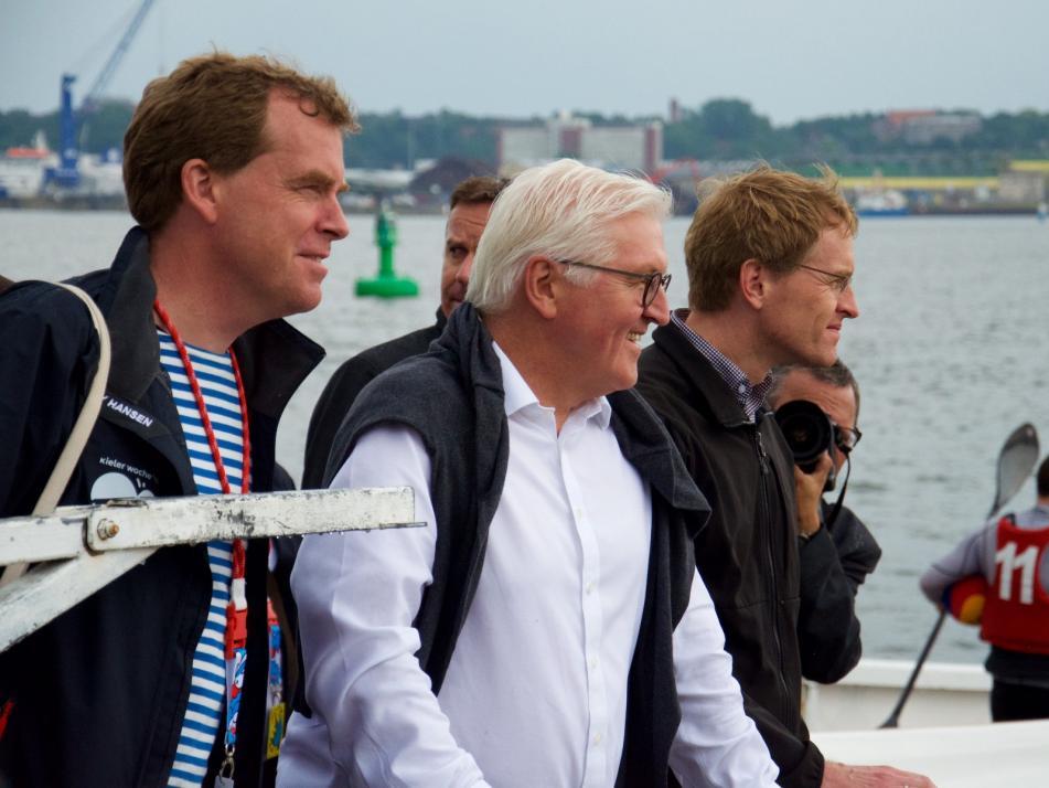 Maritime Aussicht: Ulf Kämpfer, Frank-Walter Steinmeier und Daniel Günther (v. li.) wohnen einer Partie Kanupolo bei