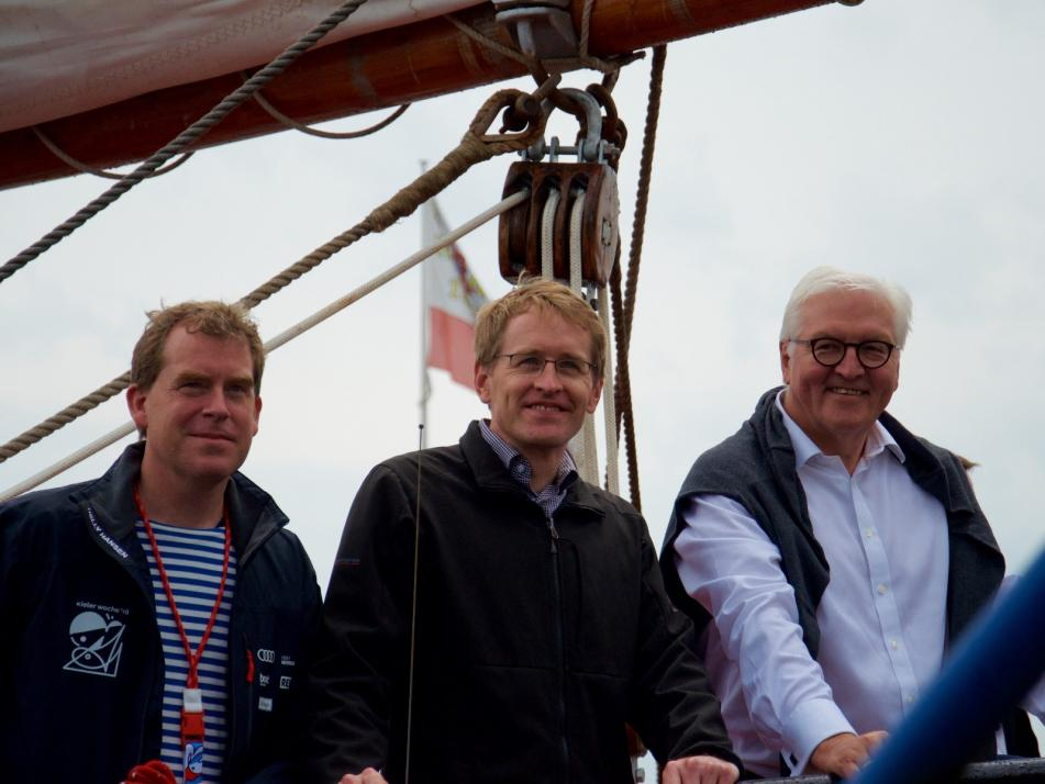 Kiels Oberbürgermeister Ulf Kämpfer, Ministerpräsident Daniel Günther und Bundespräsident Frank-Walter Steinmeier (v. li.) an Bord der Thor Heyerdal