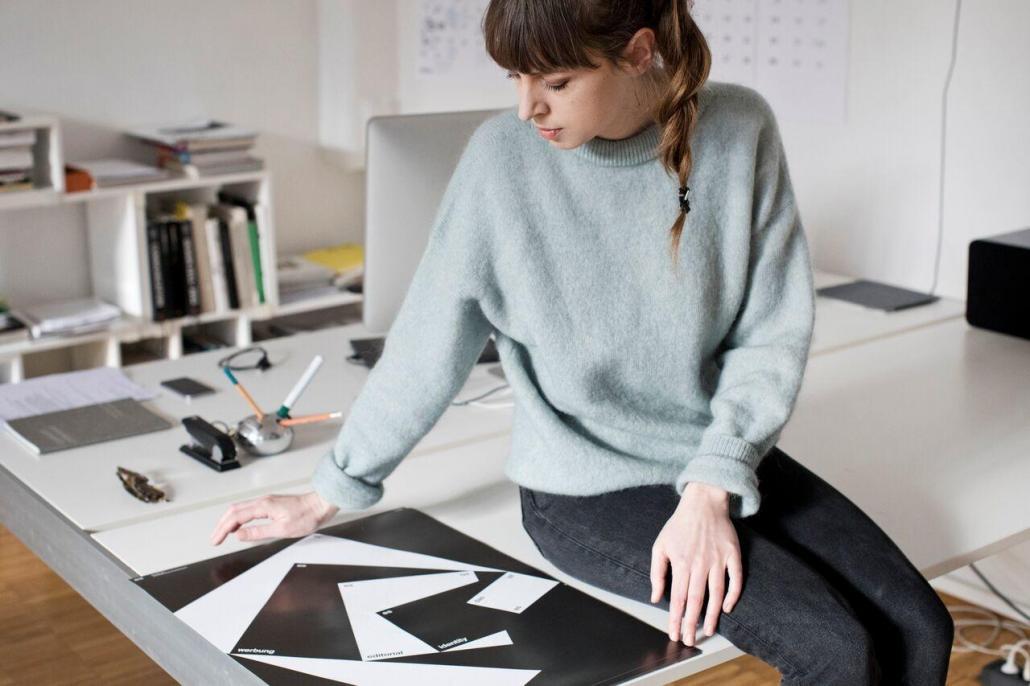 Die Designerin Verena Panholzer bei der Arbeit