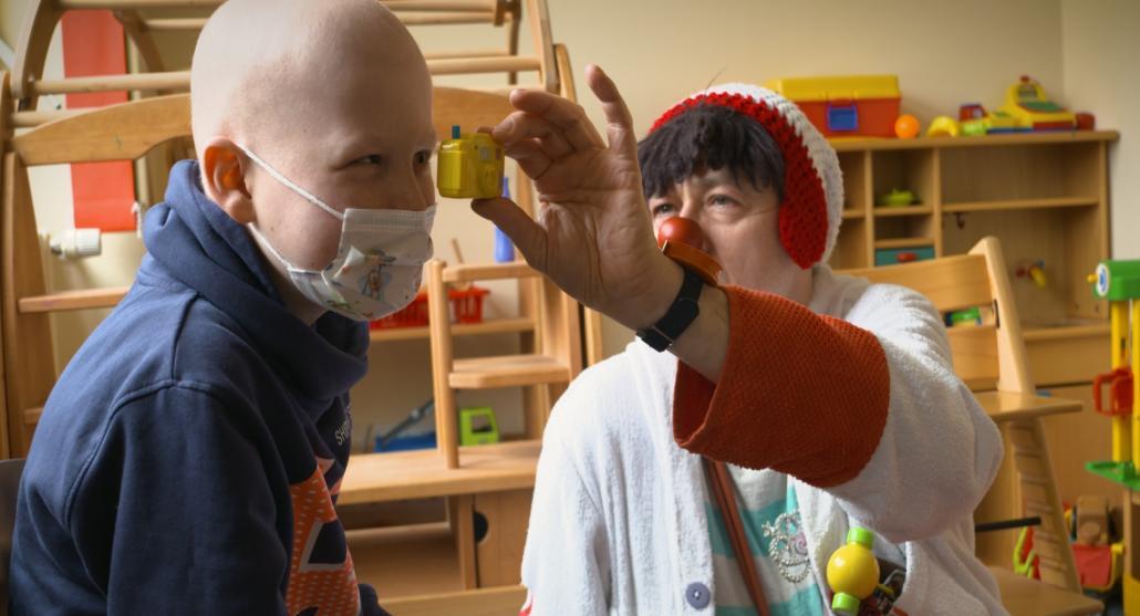 Klinikclown Harald Roos entlockte den jungen Patienten auf der Kinderstation ausgelassenes Lachen. Vielleicht bringen diese Szenen ja auch Sie zum Lächeln!
