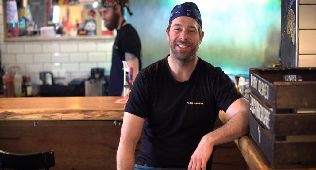 """John Rapaglia gewährte unserem Filmteam einen Blick in sein Kieler Restaurant """"John's Burgers"""", in dem echte New-York-Burger auf den Tisch kommen"""