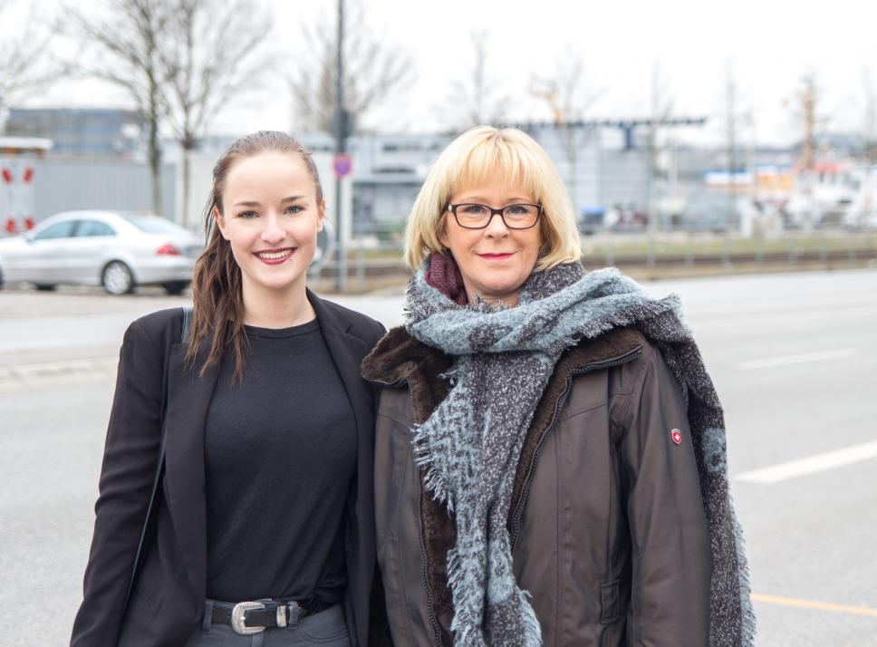 Heike Menrath von der Hilfsaktion für Obdachlose undIhre Vierbeiner (li.) zeigte Redakteurin Kim Hase beimDreh, wie sie sich mit ihrem Team für Bedürftige engagiert