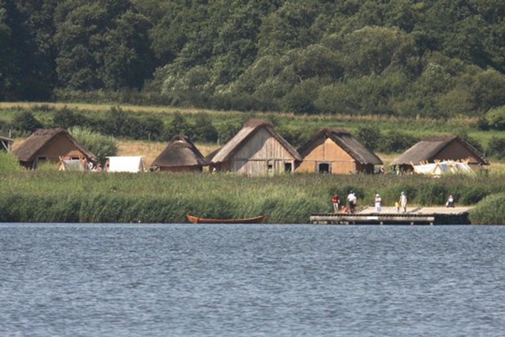 In Haithabu wurden die Wikingerhäuser direkt an der Schrei originalgetreu wieder aufgebaut