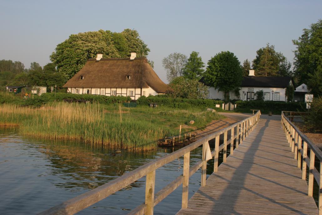 Das denkmalgeschützte Reetdachdorf Sieseby kann man auch vom Wasser aus erkunden: Der Schleidampfer hat hier einen festen Anlegepunkt