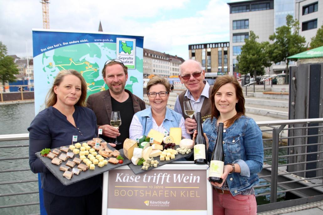 Sandra van Hoorn (Landwirtschaftskammer, v. li.), Johannes Hesse (Kiel-Marketing), Cindy Jahnke (Käsestraße SH), Detlef Möllgaard (Meierhof Möllgaard) und Kathrin Groß (Kiel-Marketing) freuen sich auf das Jubiläum von Käse trifft Wein