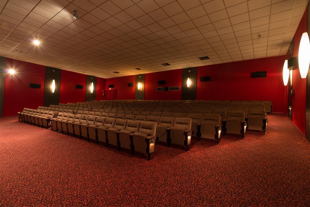 Der große Saal des STUDIO Filmtheaters wird bald renoviert, sodass Kinostühle für einen guten Zweck erstanden werden können
