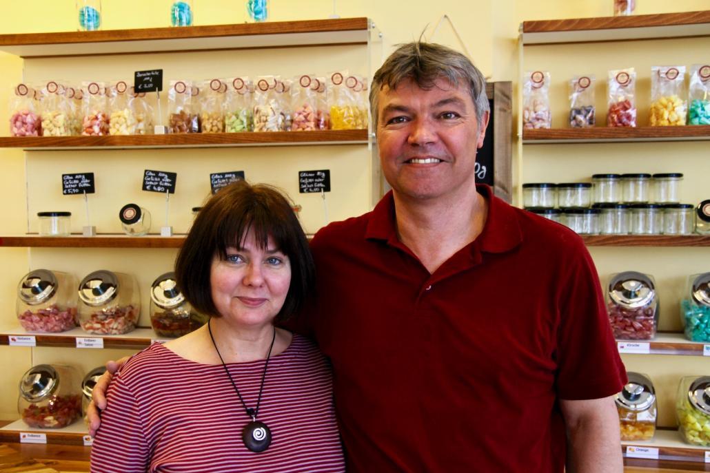 Kathrin und Dirk Bendler vor ihren selbstgemachten Süßigkeiten