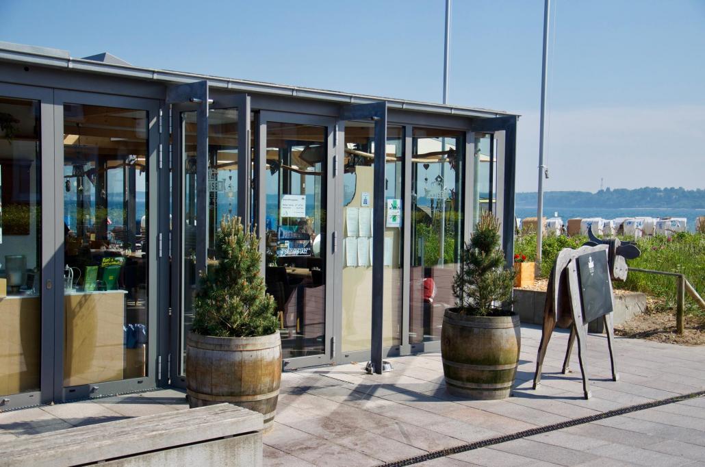 Das Panorama-Restaurant liegt direkt am Strand
