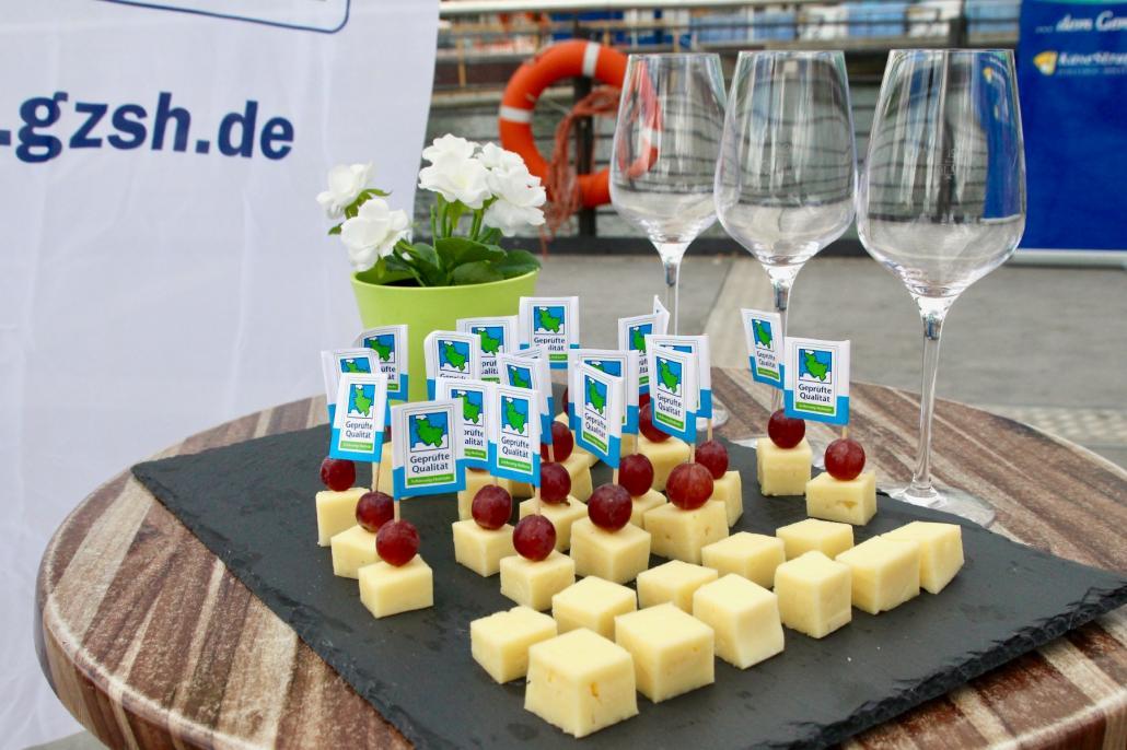 Leckerer regionaler Tilsiter erwartet die Besucher von Käse trifft Wein