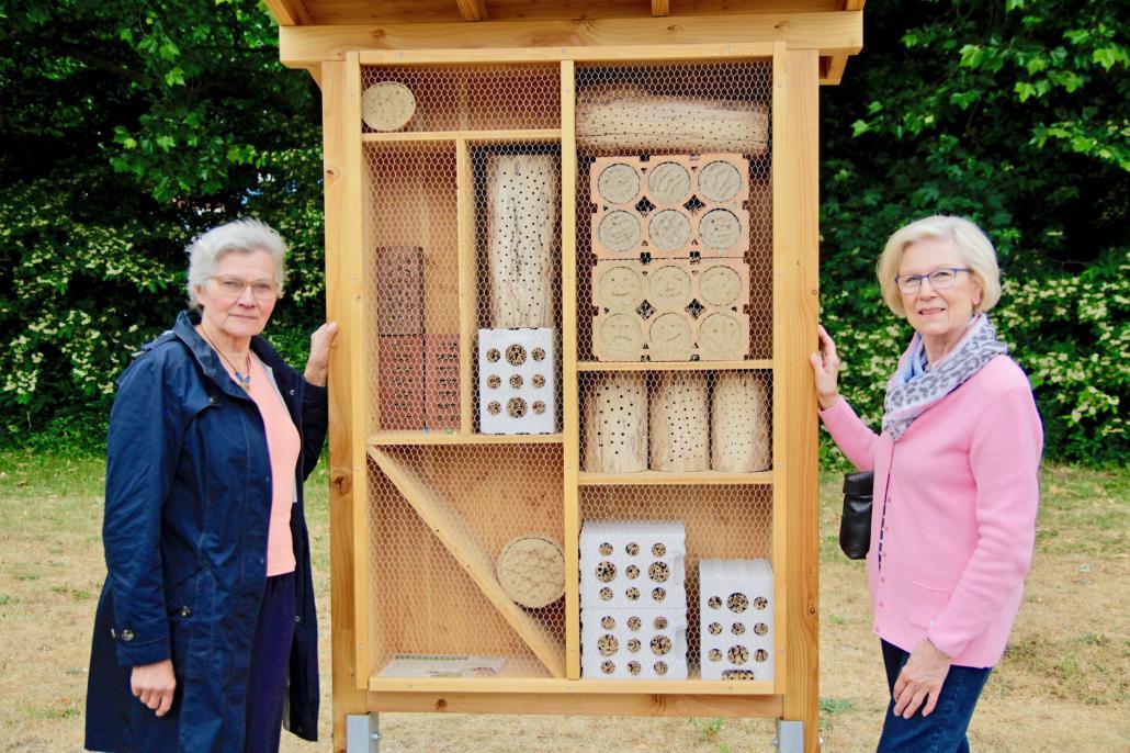 Annelore Enge und Brigitta Dutz (v. li.) vor dem neu aufgestellten Insektenhotel