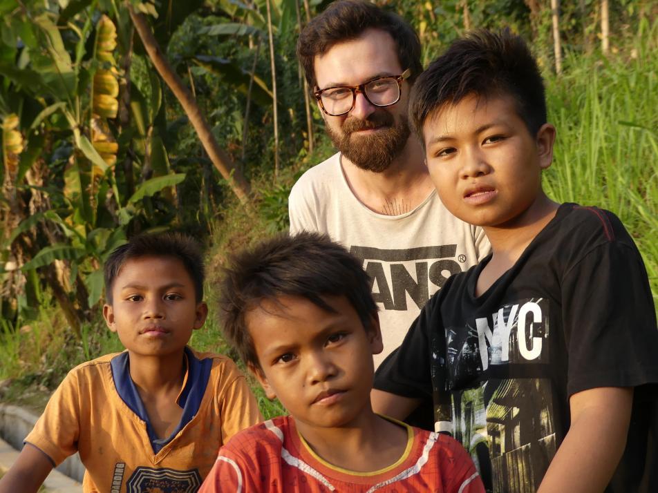 Das Schönste am Reisen: Das Kennenlernen von neuen Kulturenund Menschen. Finn zusammen mit einheimischen Kindern von Lombok