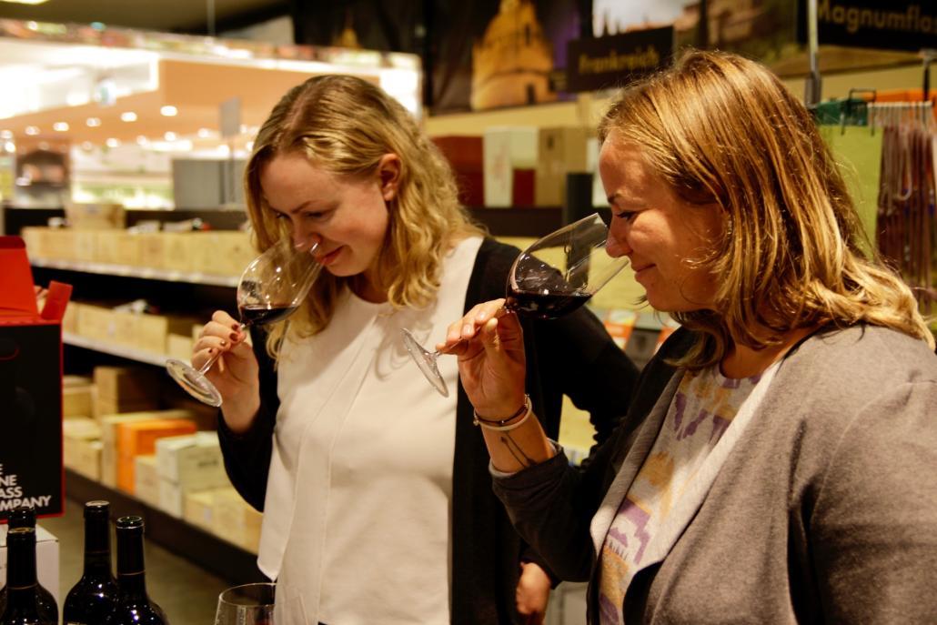 Beim Weinglas-Tasting geht es nicht nur um den Geschmack – auch der Geruch ist wichtig: Redakteurin Sophia Sichtermann und Mediaberaterin Gesa Butenschön sich durch verschiedene Gläser
