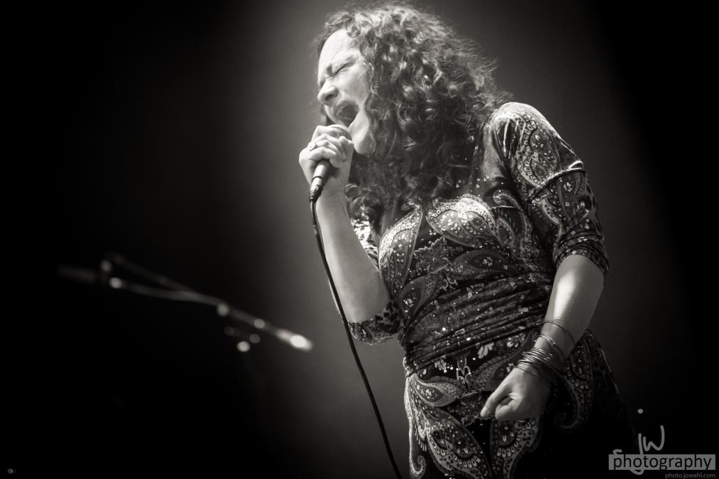 Der Gesang von Meena Cryle ist definitiv ein Highlight des Events