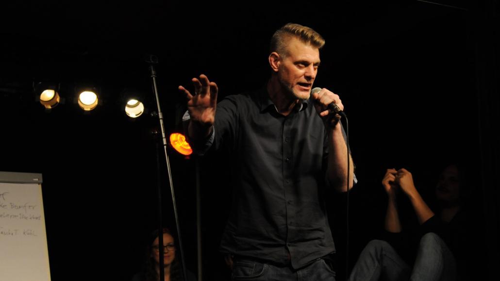 Björn Högsdal, Leiter von assembleART, ist nur einer von vielen Poeten und Moderatoren, die im August für Wortgefechte auf der Bühne sorgen