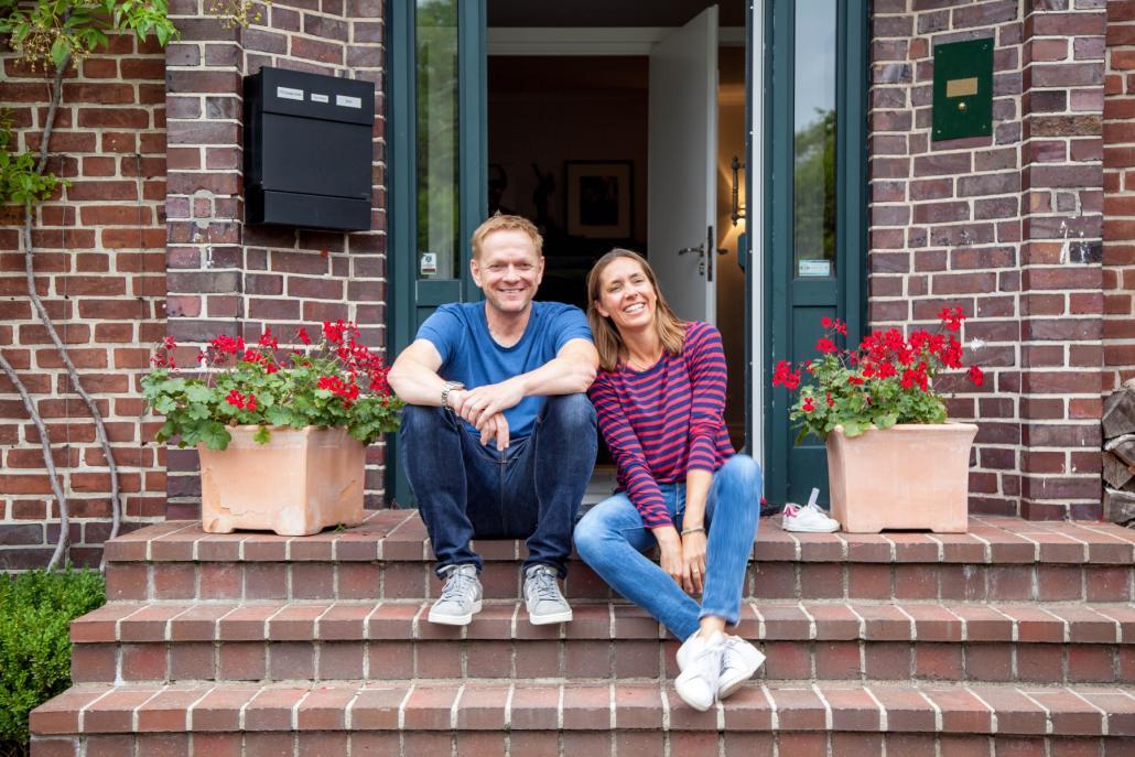 Thorsten Storm mit Ehefrau Franca auf der Treppe vor ihrem Haus