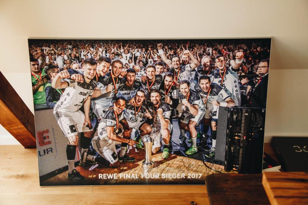 Ein großes Foto erinnert an den DHB-Pokalsieg des THW Kiel im Jahr 2017