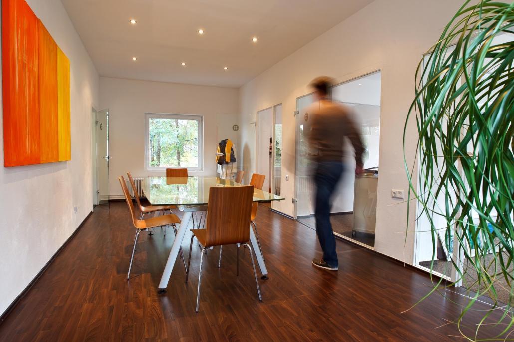Heute verfügt das Traditionsunternehmen nicht nur über moderne Büroräume  und einen eigenen Showroom ...