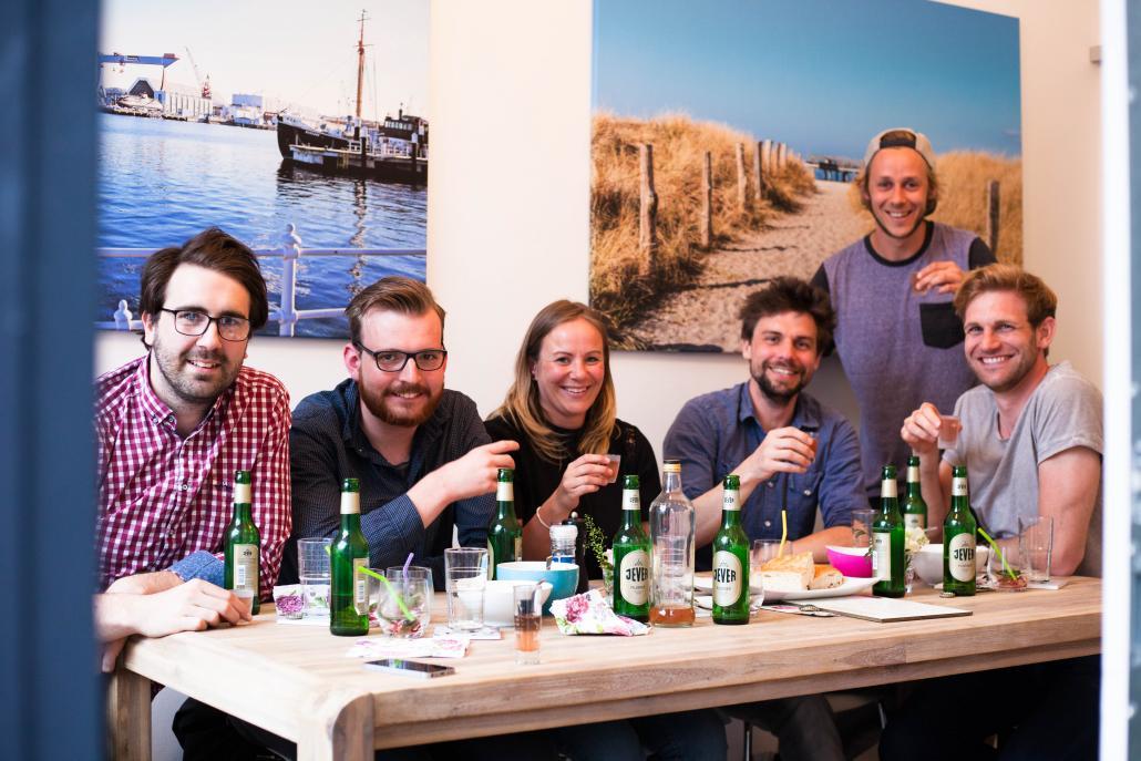 """Julian, Phillip, Gesa, Jan, Bastian und Lars (v. li.) gönnten  sich zum Beginn des letzten """"Rudi Rockt""""-Events die  Vorspeise im Besprechungsraum der KIELerleben-Redaktion"""