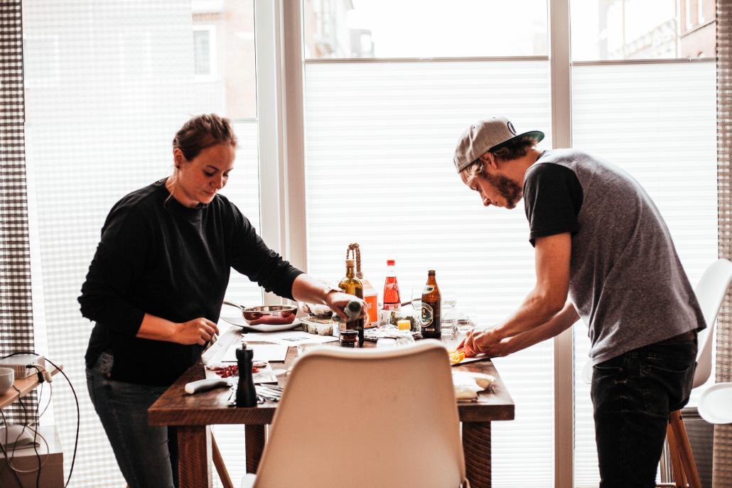 """Nach dem Feierabend ist vor """"Rudi Rockt"""":  Mediaberaterin Gesa und Redakteur Bastian bereiten den Salat und die Dips zu"""