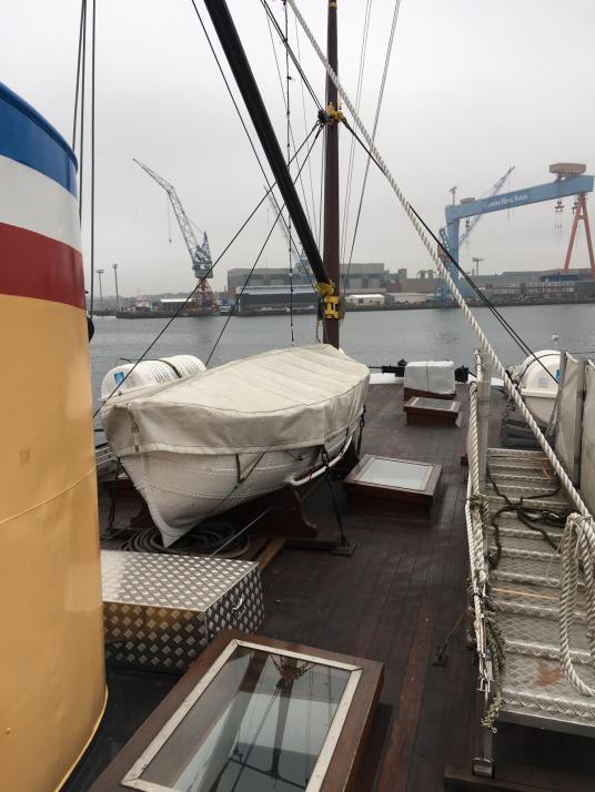 Ausblick vom Schiff auf die Werft