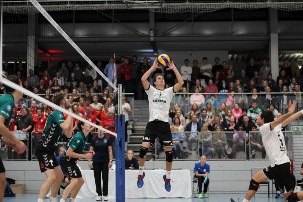 Moritz Behr (Bildmitte) legt den Ball perfekt für An- greifer Florian Arnold zum Mittelangriff aufSpitzenvolleyball aus Kiel für Schleswig-Holstein