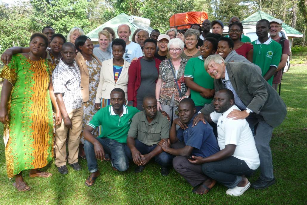 Gemeinsam ist man stark: Eva Pagel und Pastor Klaus Onnasch (beide von KroBu) vor Ort in Bushenyi/Ishaka