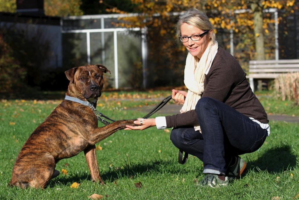 Karina DreyerVorsitzende Sabine Petersen mit dem Rüden Karlchen