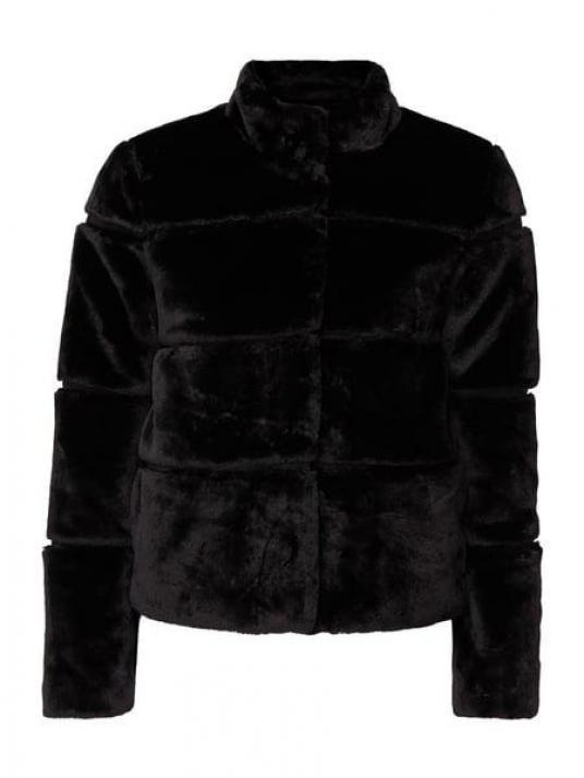 Kurz, knackig, rattenscharf: Das ist die schwarze Webpelz-Jacke von MBYM, circa 150 Euro