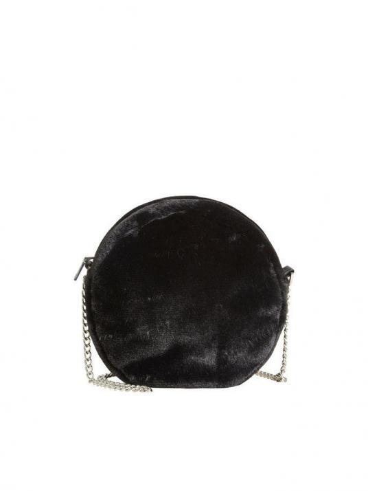 Wer den Fake-Fur-Look lieber dezent vorführt, für den ist die runde Tasche von VILA (circa 35 Euro) genau das Richtige