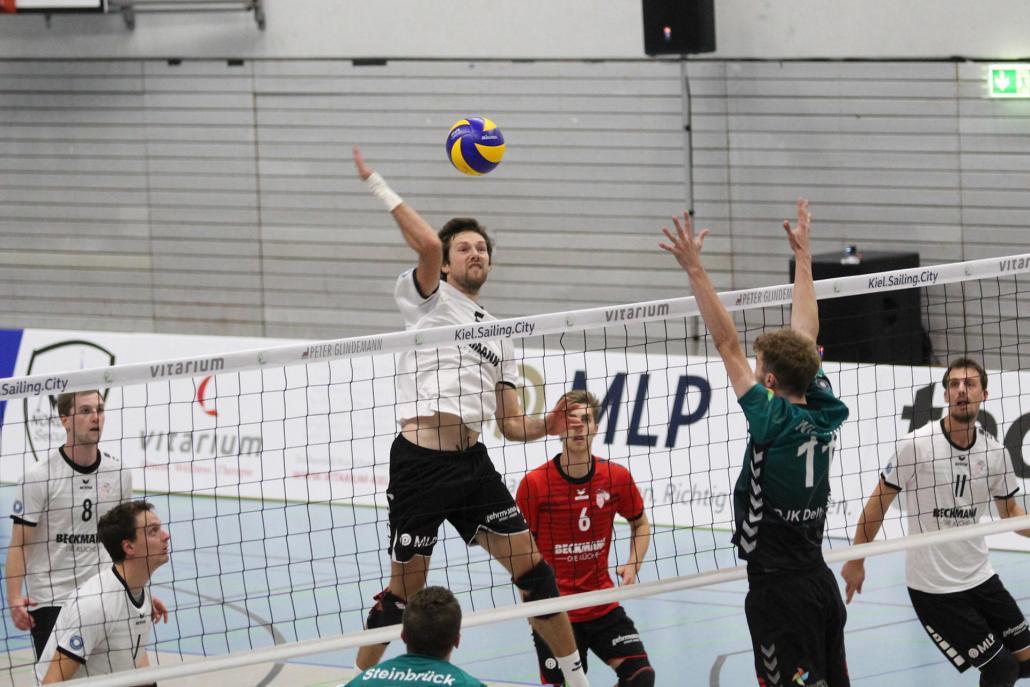 Mittelblock-Spieler Florian Arnoldt setzt zum Schmetterball an