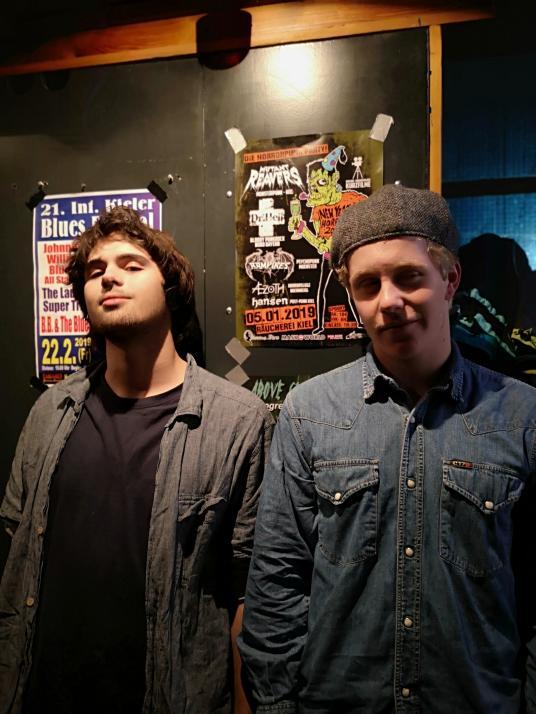 Robin und Joel (v.li.) sind begeistert von der Tribut-Band und kommen gern wieder