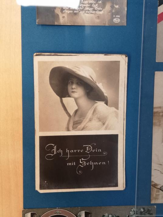 Fotos, Karten, Bücher werden ausgestellt