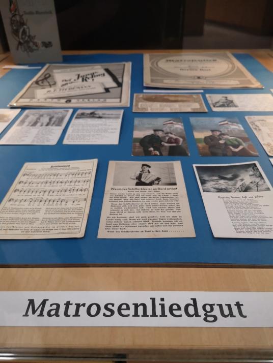 """Postkartenausstellung: """"Matrosenliebe"""" in der Unibibliothek Kiel"""