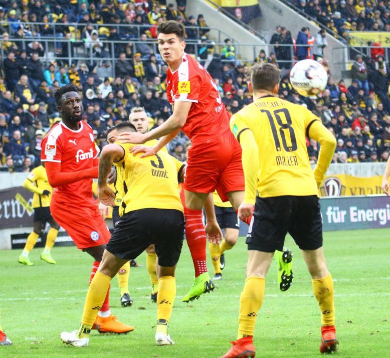 Auch im nächsten Spiel bei Dynamo Dresden siegte die KSV. Mathias Honsak (2. v. re.) erzielte den 2:0-Endstand