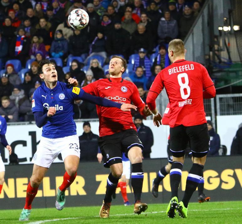 Trotz des zwischenzeitlichen Ausgleichs von Janni Serra (li.) verlor die KSV zum Hinrundenabschluss 1:2 gegen Arminia Bielefeld