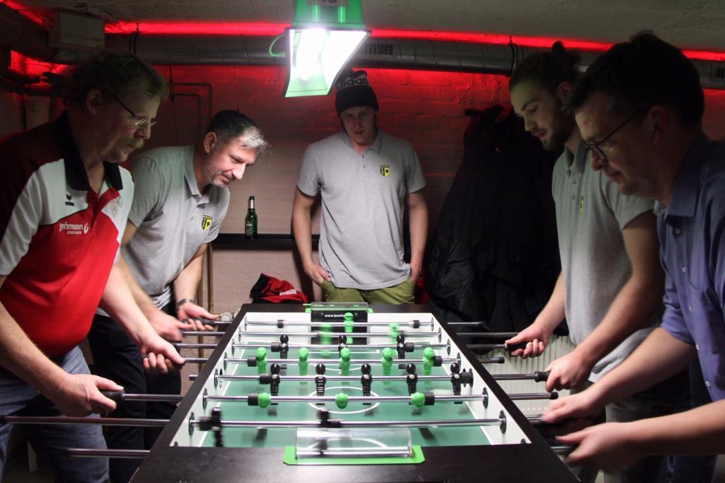 Gemeinsamer Kick-Off: Gemeinsam mit der Herrenmannschaft des TSV Altenholz spielten die Adler ein Kickerturnier
