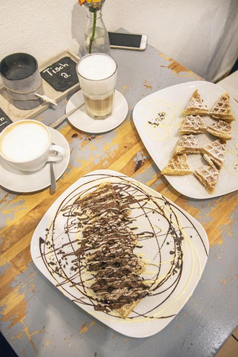 """Im """"Waffelhuus"""" kann man sich mit heißem Kaffee und frischen Waffeln aufwärmen"""