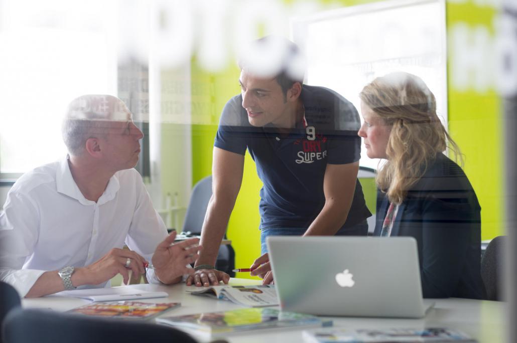 Gründer Kassian Alexander Goukassian (Bildmitte) treibt den digitalen Wandel des Medienhauses mit immer neuen Abteilungen und Kompetenz-Centren voran