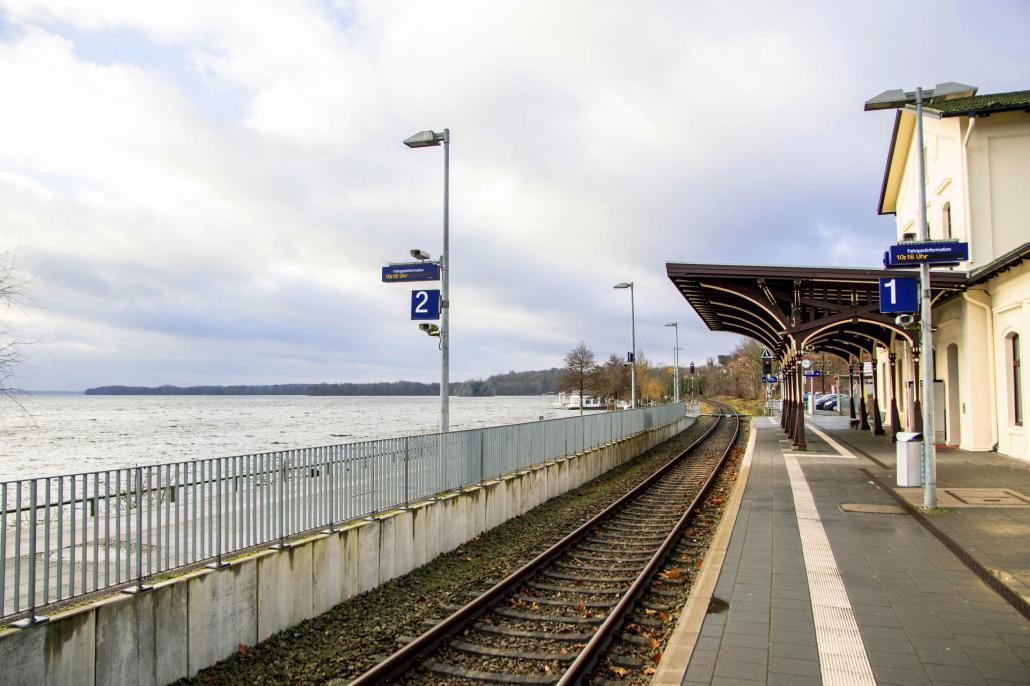 Der Plöner Bahnhof befindet sich unmittelbar am See
