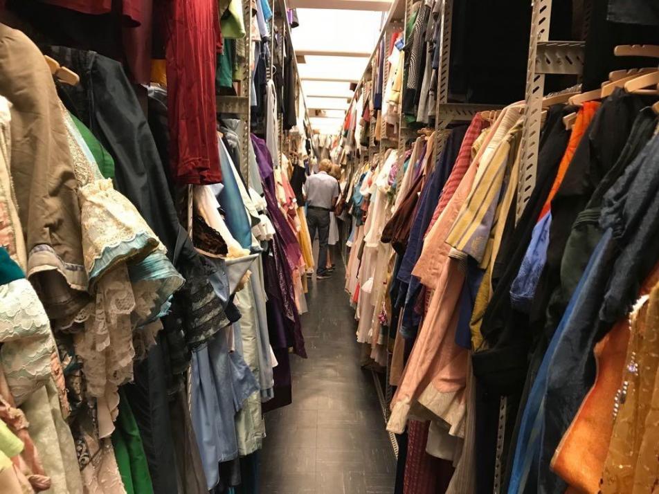 Einen Blick hinter die Kulissen gibt es auch im Kleiderfundus