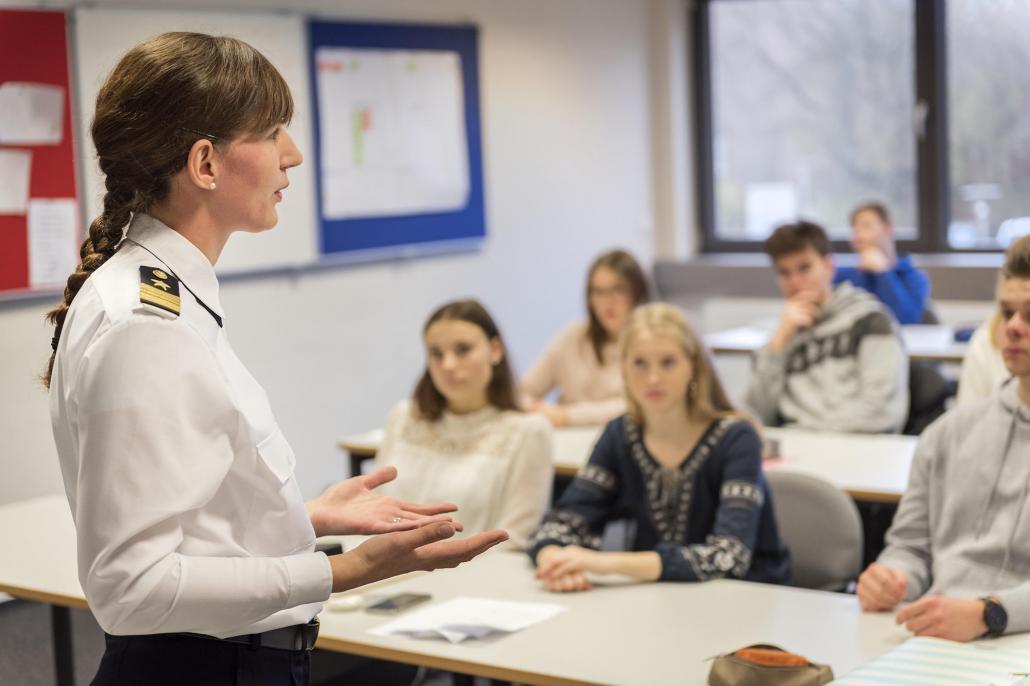 Julia Jarosch, Leiterin des Karriereberatungsbüros der Bundeswehr in Kiel, zeigt den Schüler/innen im Rahmen des Schulprojekts die unterschiedlichen Berufswege bei der Bundeswehr auf