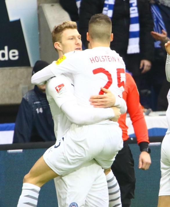 Alexander Mühling (li.) bejubelt mit Laszlo Bénes den Führungstreffer beim 1. FC Magdeburg