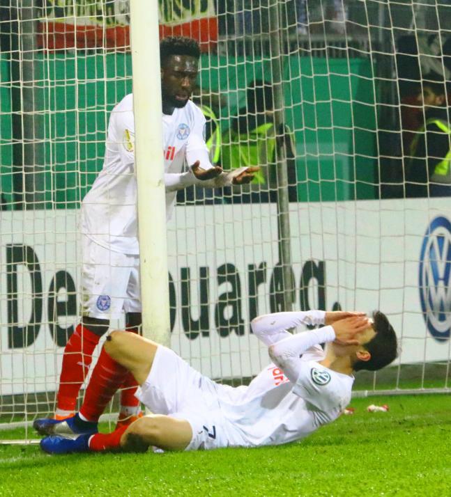 Kingsley Schindler (li.) und Jae Sung Lee trauern im Pokalspiel gegen Augsburg einer ver- gebenen Chance nach