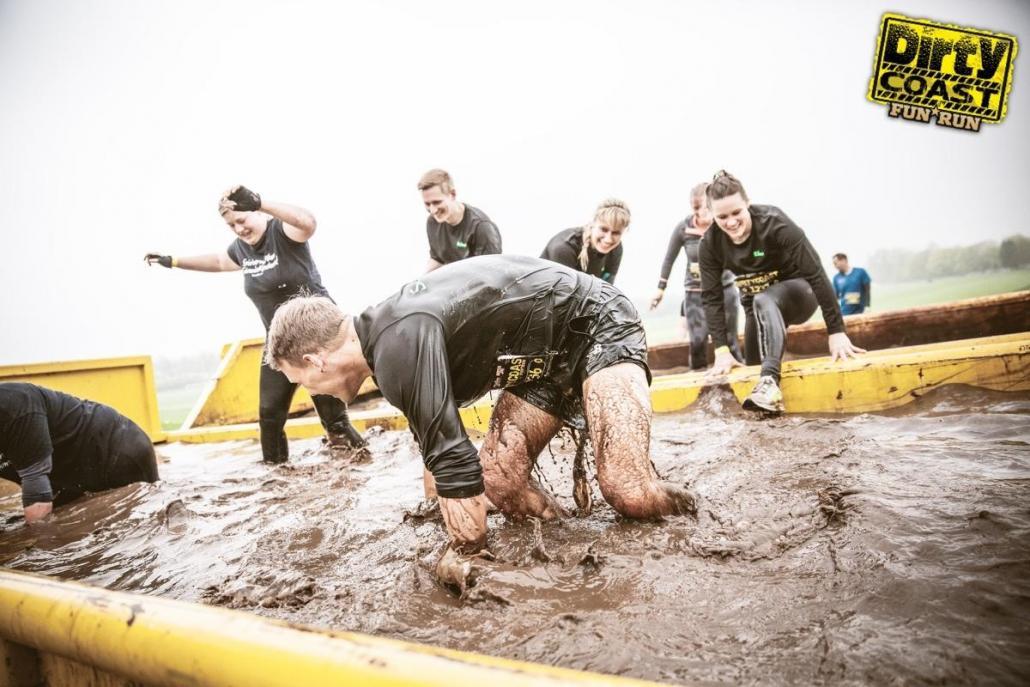 Bei dem Fun Run von Dirty Coast müssen verschiedene Hindernissen bewältigt werden
