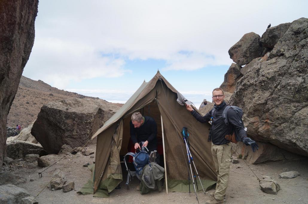 Nach einer erholsamen Nacht in diesem geräumigen Zelt kann man nur gut gelaunt aufwachen. Daniel päsentiert das Lavatower Camp am fünften Tag