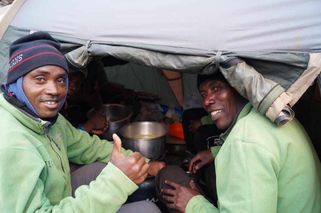 Die Porter sorgten unterwegs für warme Mahlzeiten – hier auf 3.500 Metern Höhe