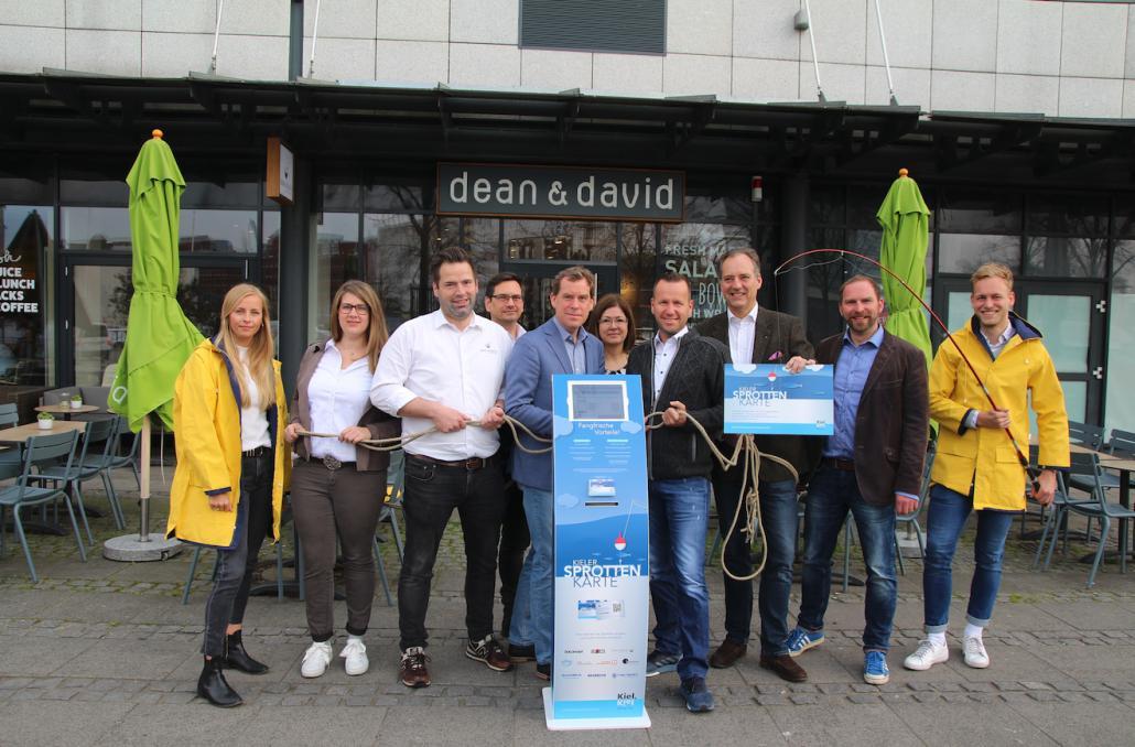 Oberbürgermeister Ulf Kämpfer begrüßt dean and david sowie das CUP and Cino am Bootshafen als Gastronomen im Verbund der Sprottenkarte