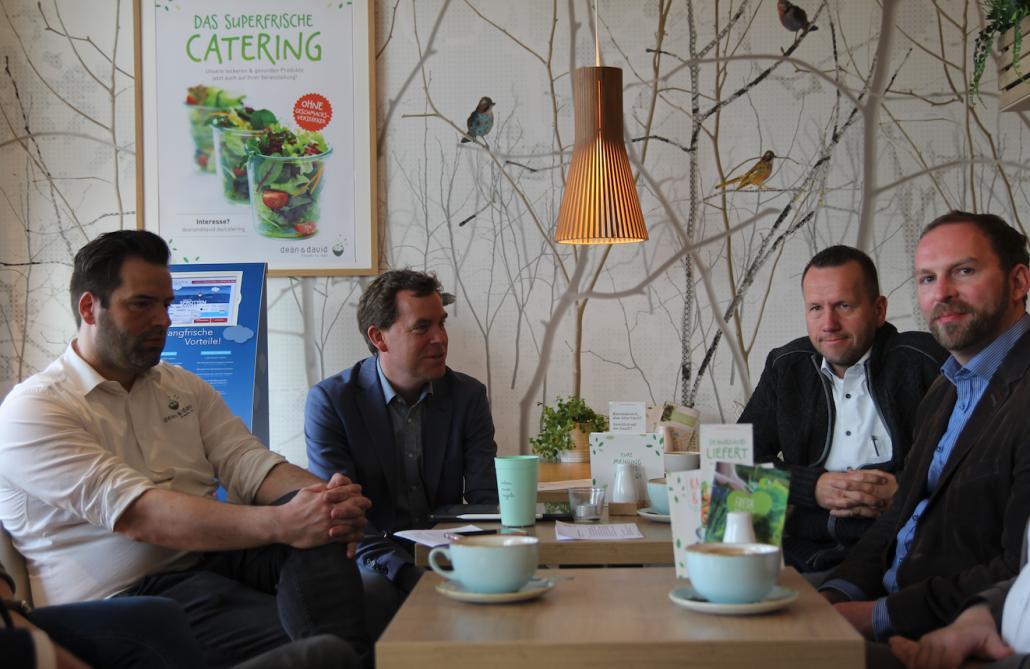 Im Gespräch: Lars Lenßen (dean and david), OB Ulf Kämpfer, Meik Ehlers (Cup and Cino) und Johannes Hesse (Kiel-Marketing; v. li)