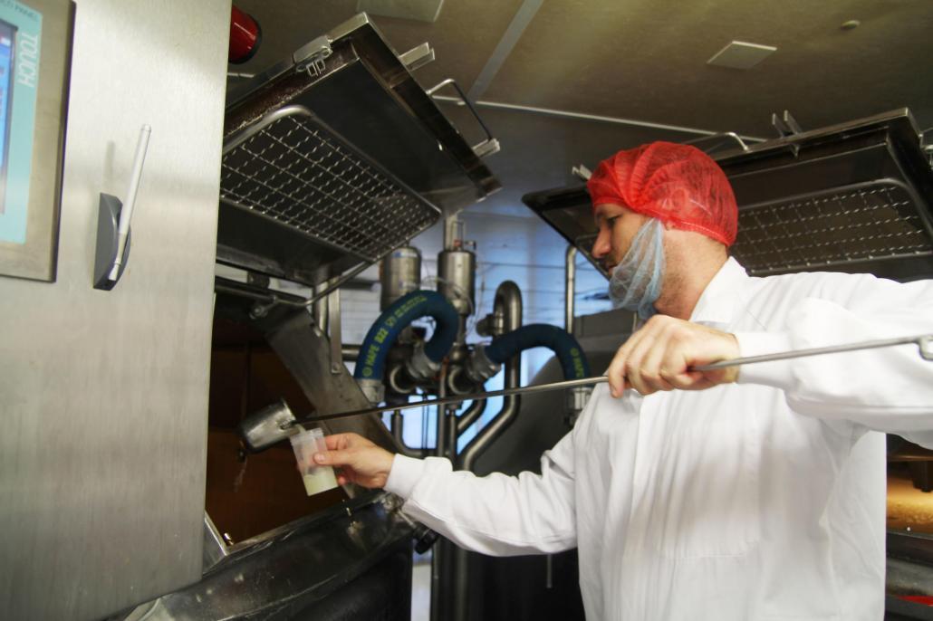 Der stellvertretende Produktionsleiter André Paulsen unterzieht die Milch einer obligatorischen Prüfung