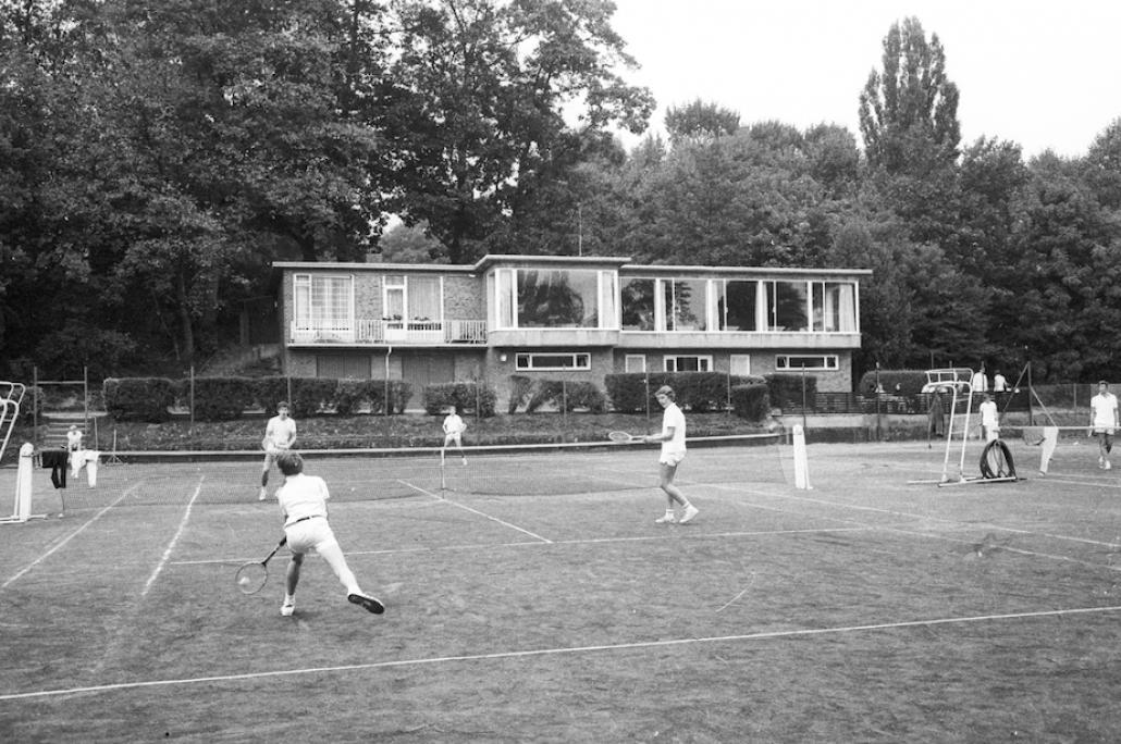 """In """"Düsternbrook"""" erzählt Axel Milberg von der Tennisgesellschaft Düsternbrook und seiner großen Liebe zu Lilli"""